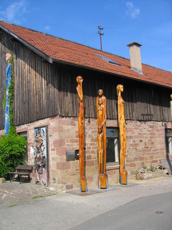 Walldürn-Neusaß (Holzskulptuen von Rainer Englert)