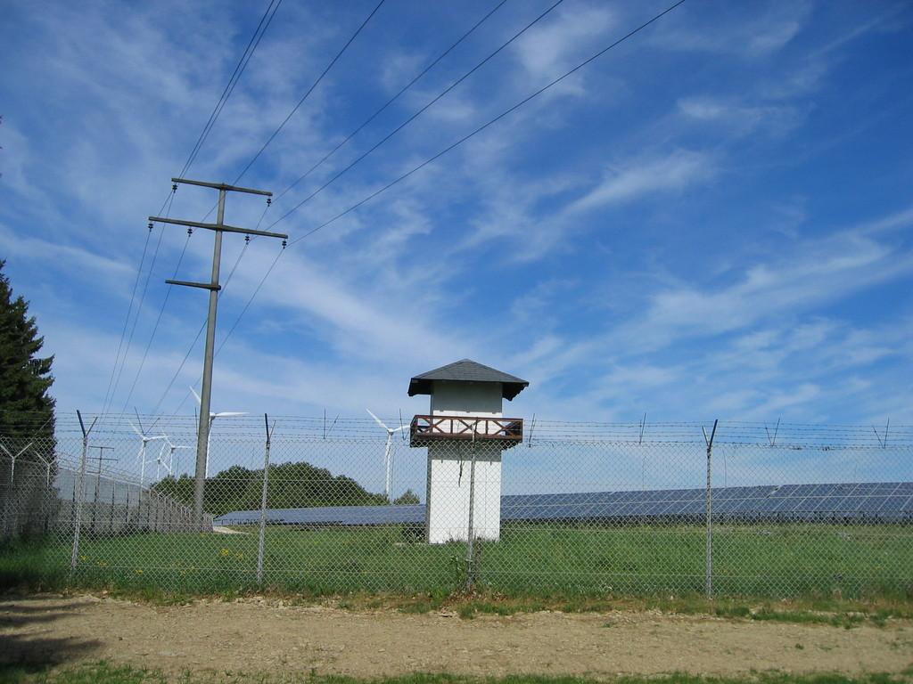 Solar- und Windpark bei Kemel (symbolischer Wachtturm)