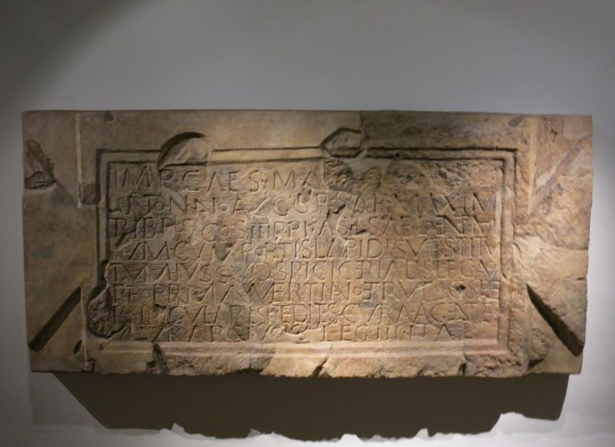 Bauinschrift vom Kastell Ellingen (Sablonetum) im Römermuseum Weissenburg