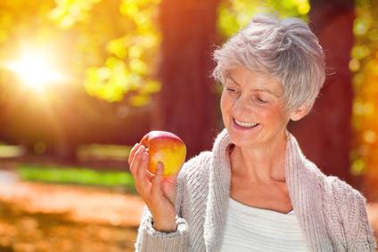 69573227 Reife Frau mit Apfel © drubig-photo