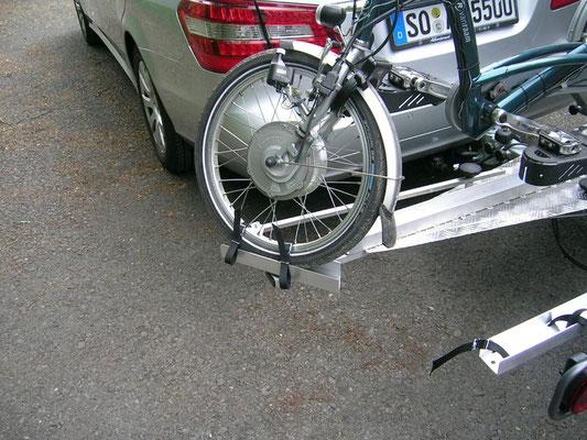 Dreirad Heckanhänger Radbefestigung