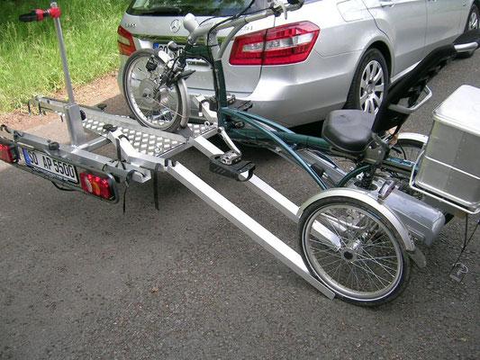 Dreirad Heckanhänger beim Beladen