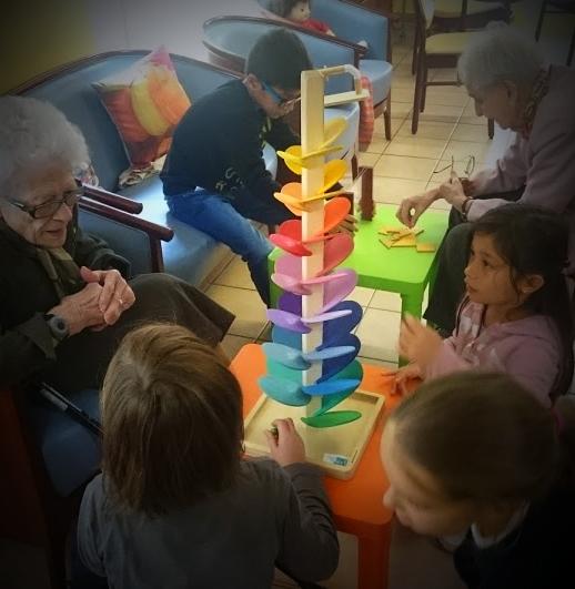 Jouer ensemble, quel que soit son âge, une occasion d'échanger et de discuter
