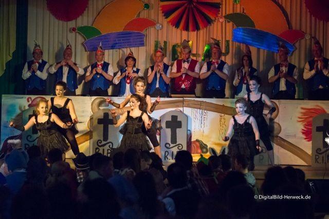 ... ihrem dunklen Versteck, um auf der Bühne zu tanzen.