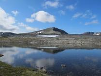 白石山の湖から灰岳を望む