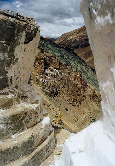 Das Kloster liegt im Westhimalaya auf 4000 m Höhe, 500 Meter über dem Fluss Tsarap und ist nur zu Fuß erreichbar
