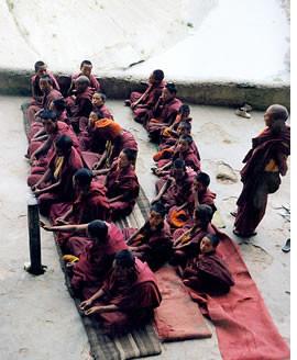 In dem Kloster leben ungefähr 70 Mönche und Novizen  der Gelugpa Sekte, deren Oberhaupt der Dalai Lama ist