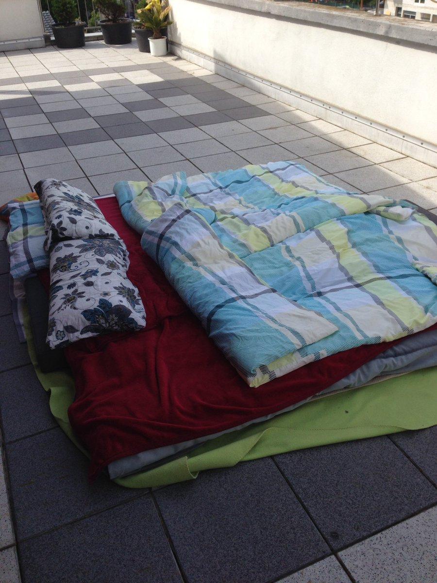 Manchmal muss man auch improvisieren und die Dachterrasse zweck entfremden. Wenn es zu warm in der Wohnung ist, bastelt man sich eben ein Open-Air-Bett mit freiem Blick auf den Sternenhimmel.