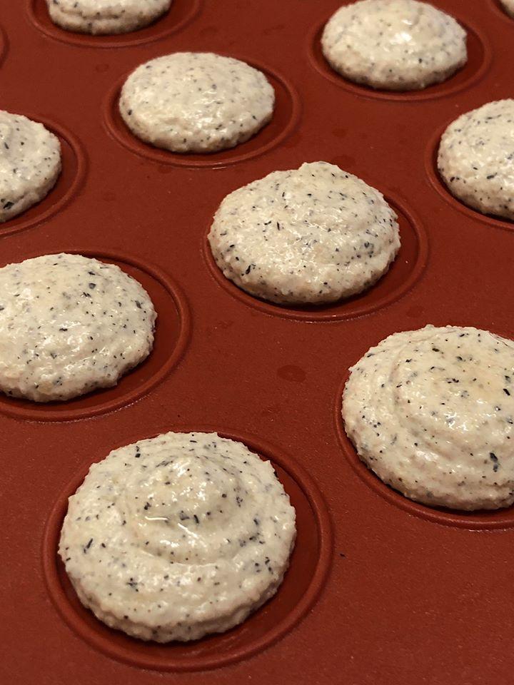 Spezielle Macaron-Backmatten helfen, dass die Macarons später immer ungefähr die gleiche Größe haben.
