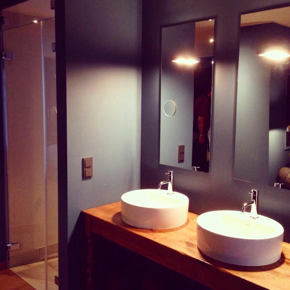 Zwei Waschbecken, eine großzügige Dusche machten das Zimmer zu einem gelungenen Erlebnis.
