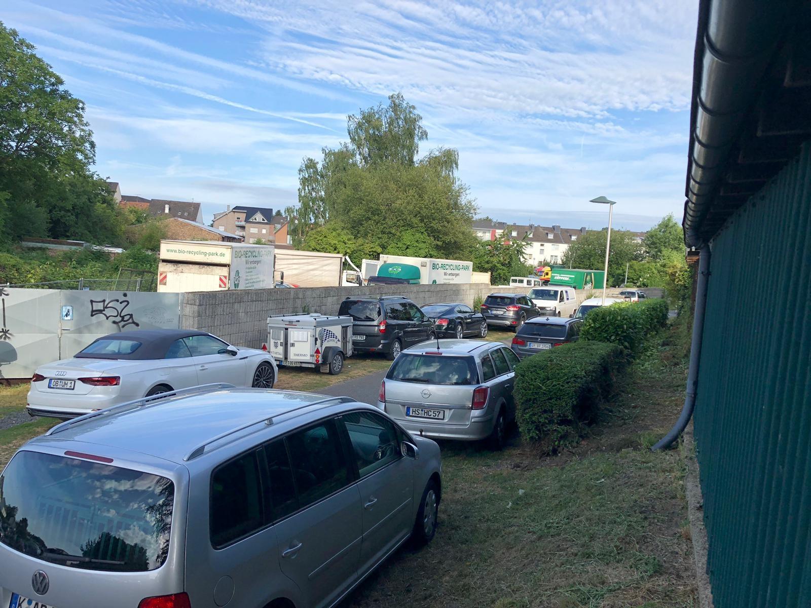 schon am frühen Morgen ein voller Parkplatz