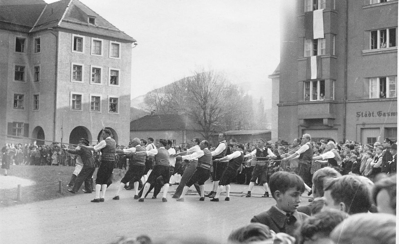 1954 Schützen ziehen die Glocken auf den Turm
