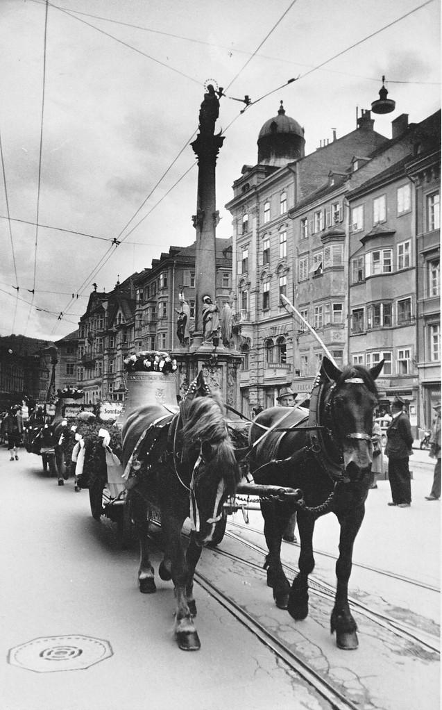 1954 Zug der Glocken durch die Maria-Theresien-Straße