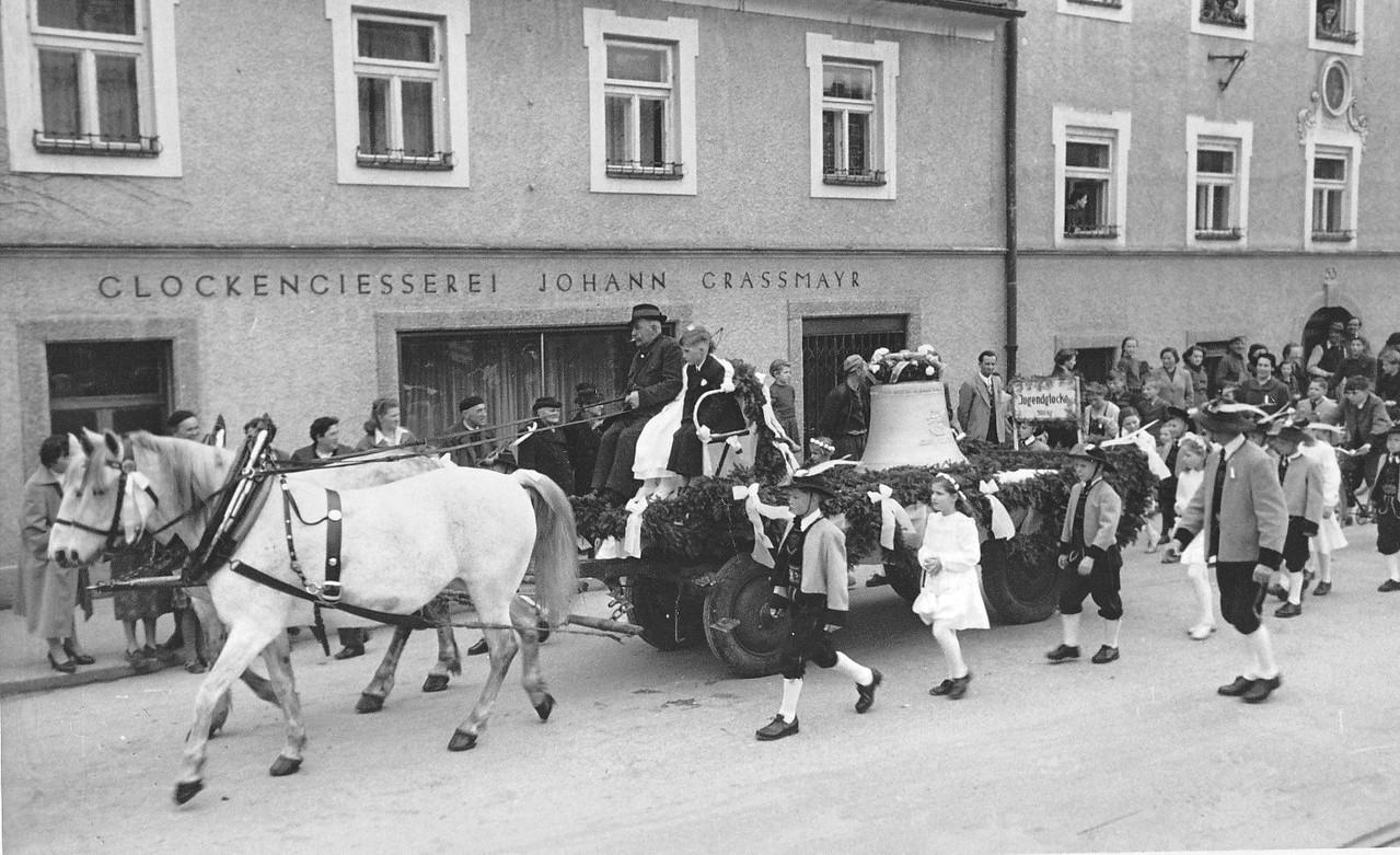 1954 Die Glocken werden von der Glockengießerei Grassmayr mit Pferden durch die Stadt nach Pradl gezogen