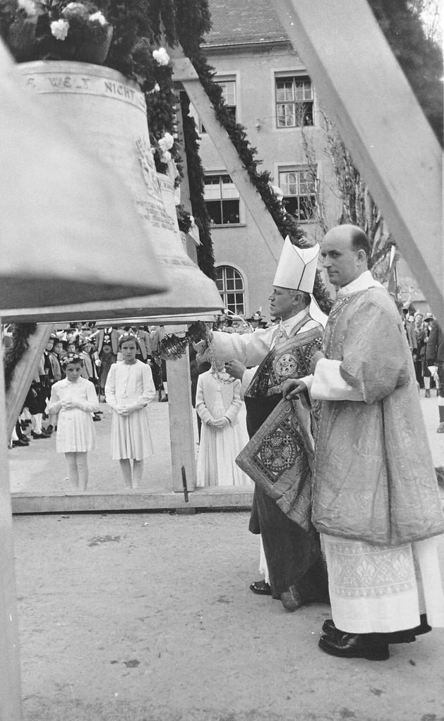 Abt Hieronymus Triendl von Wilten weiht die Glocken