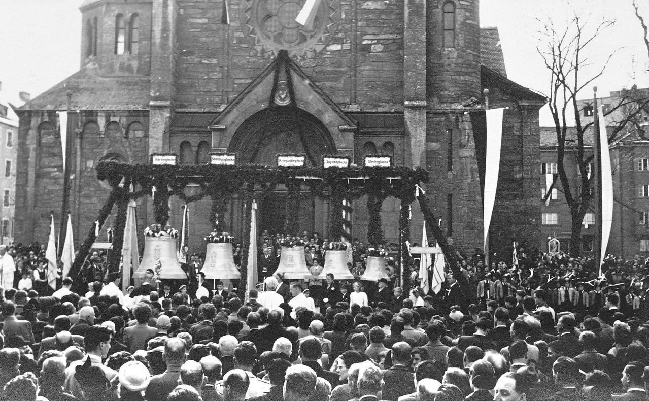 1954 Menschenmenge bei der Glockenweihe