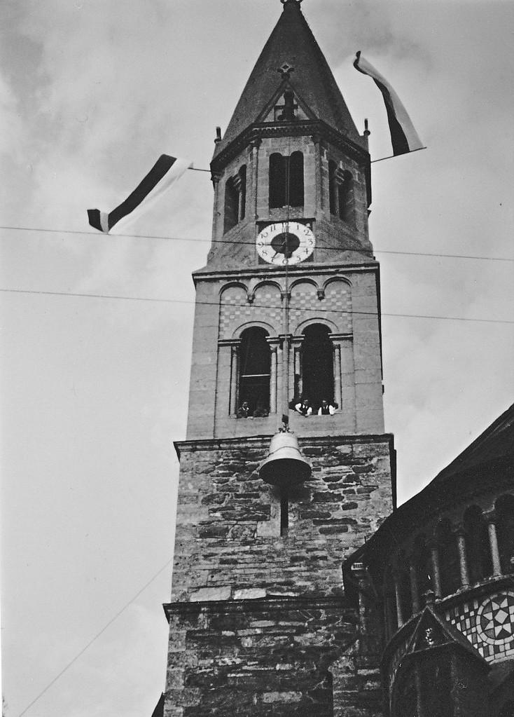 1954 Eine Glocke wird auf den Turm gezogen