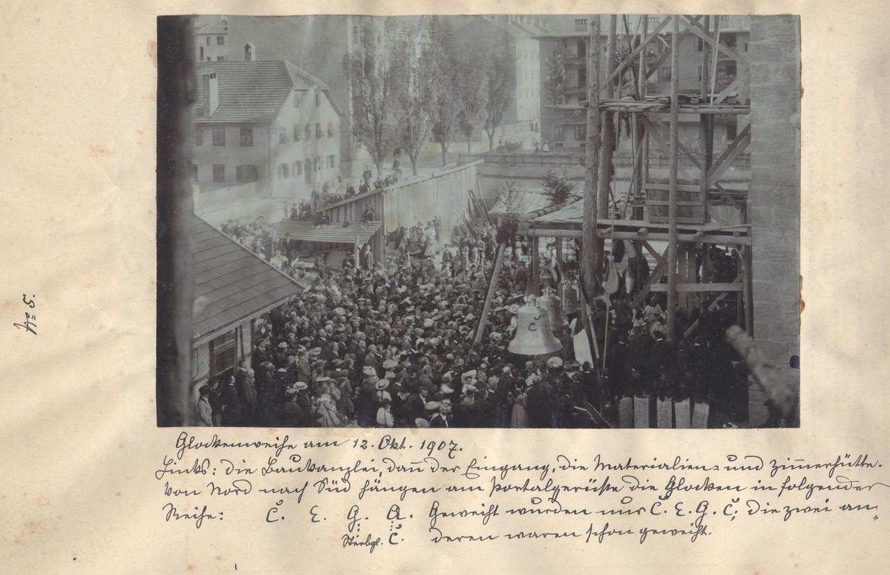 Glockenweihe am 12. Oktober 1907, zwischen Pfarrhaus und Kirche sind die Baukanzlei und die Material- und Zimmererhütte zu sehen