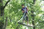 un ado dans les branches
