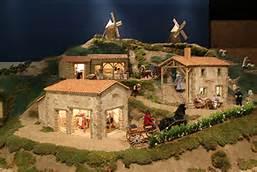 des fermes miniatures avec des moulins à vent au fond