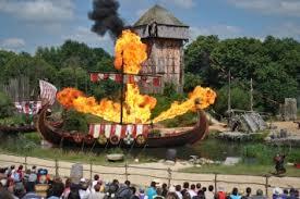 le spectacle des Vikings avec un drakkar en feu, la tour moyenageuse et une partie des gradins
