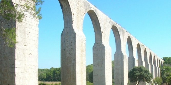 L'aqueduc de Castries réalisé au XVII e s par l'ingénieur Pierre-Paul Riquet afin d'amener l'eau au parc du château de Castries (parc aménagé par  Le Nôtre, grand paysagiste sous Louis XIV)