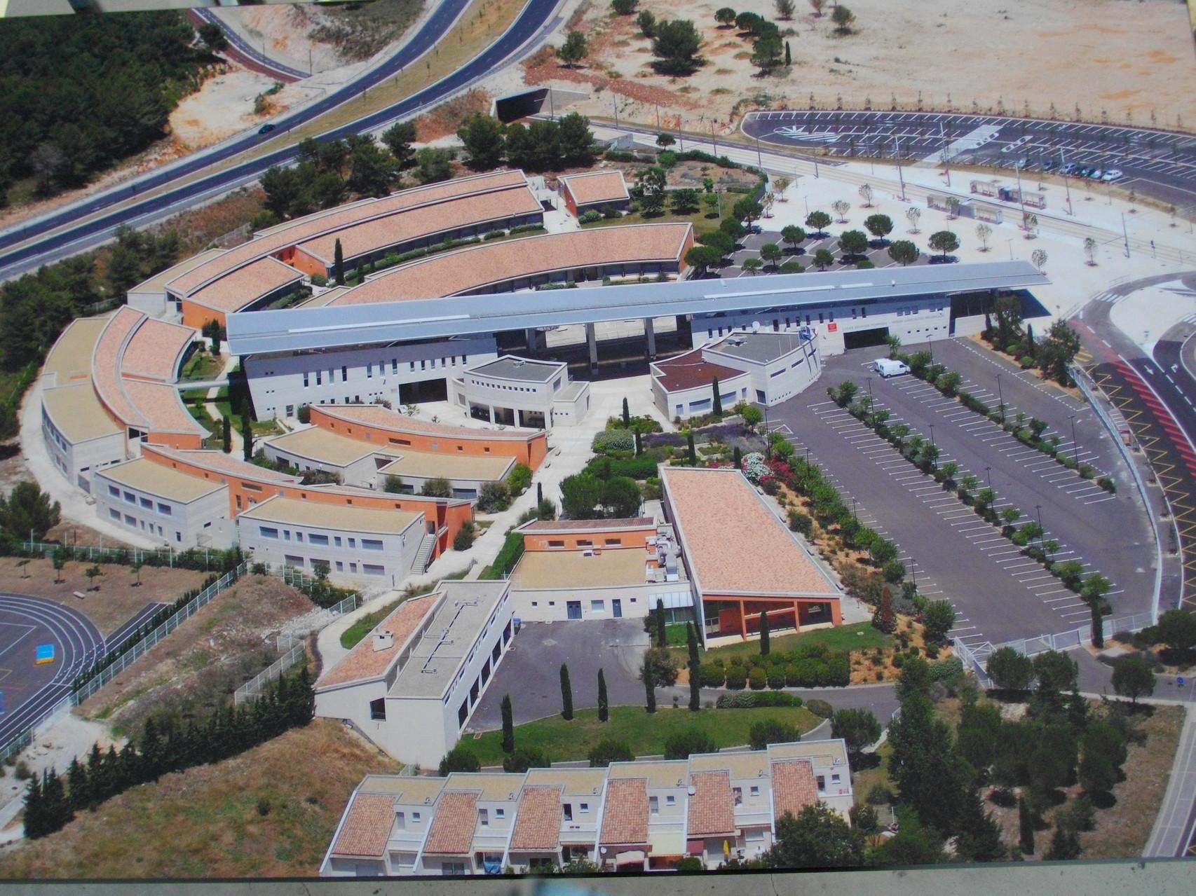 Le Lycée Pompidou est inspiré des villages du sud ...
