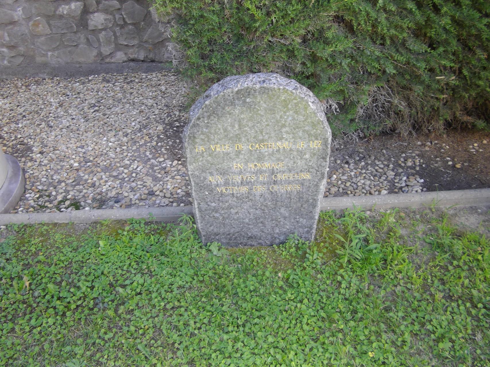 Pierre tombale en hommage aux veuves et orphelins de Castelnau le Lez