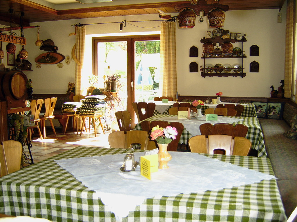 Freie Plätze zum Frühstück - Mittag und Abendessen. Im Hintergrund Durchgang zur Terrasse