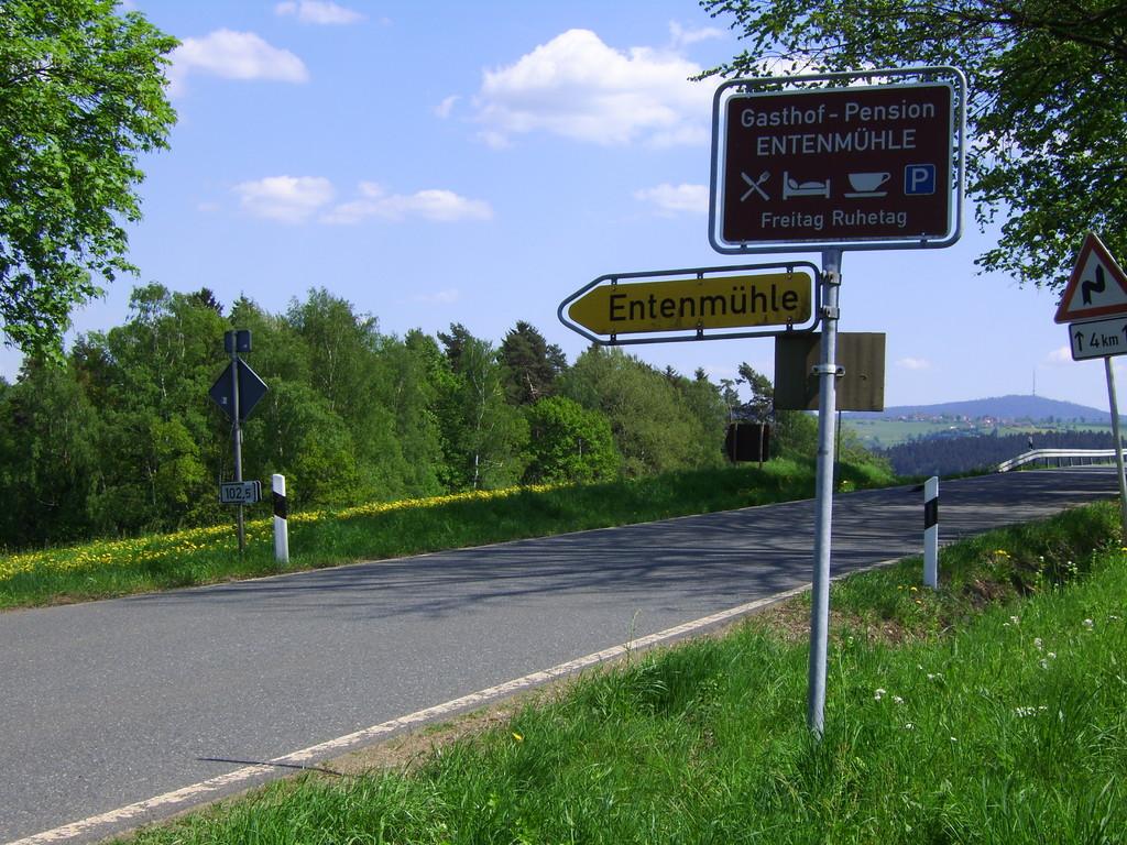 Von der Bundesstrasse 2 geht es 1 Km abwärts zur Entenmühle