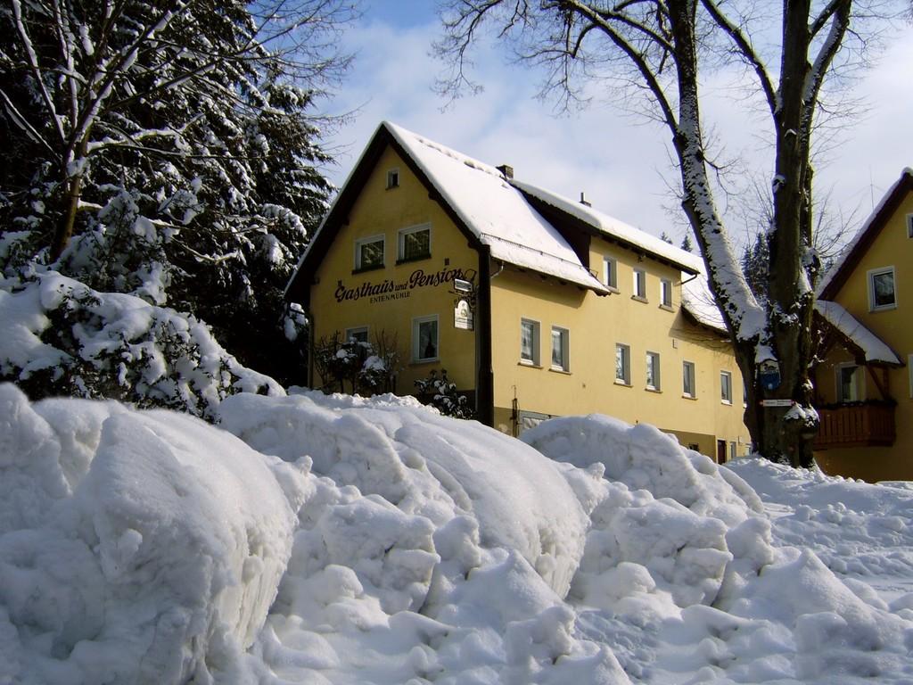 Der Gasthof im Winter, Ansicht von vorne