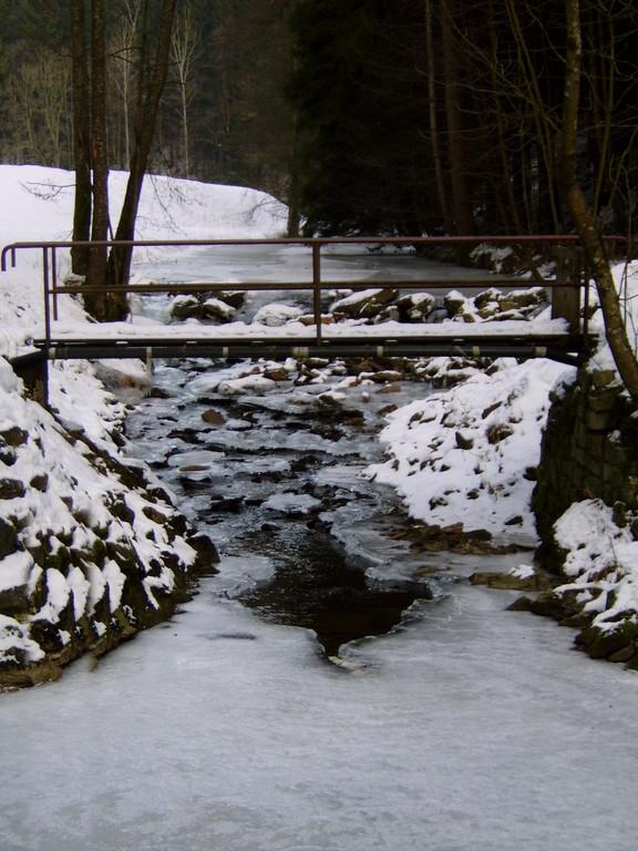 Fussgängerübergang zum See Fluss-aufwärts