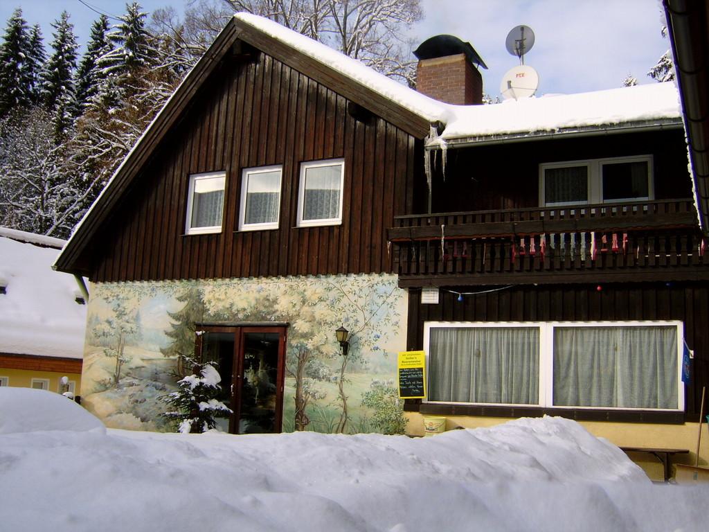 Der Gasthof im Winter, Ansicht von hinten