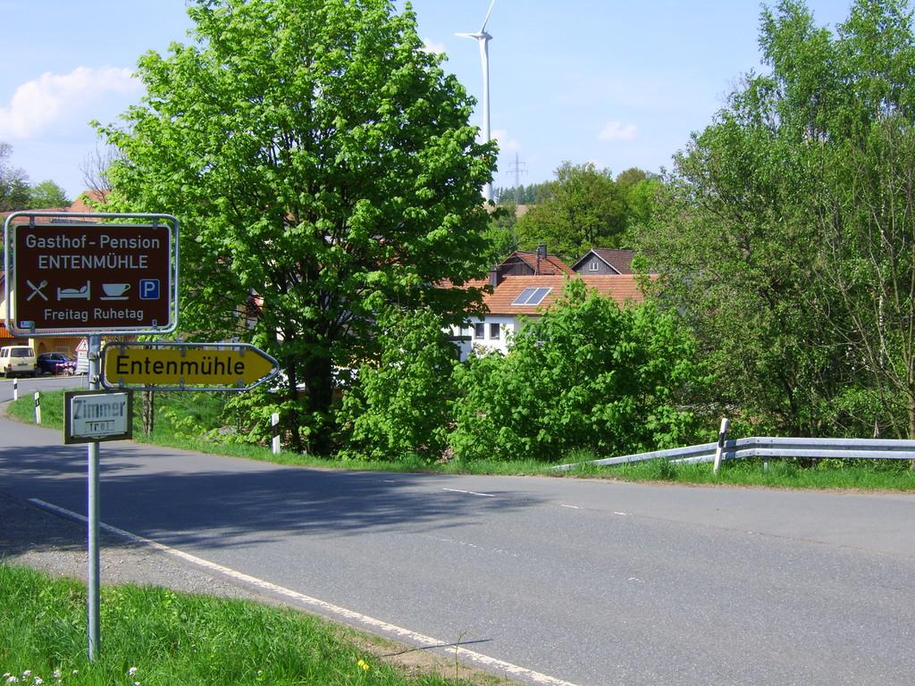 Bundesstrasse 2 in der Ortschaft Lützenreuth auch hier gibt es 2 grosse Windräder zu bestaunen. 1 Km geht es abwärts ins Ölschnitztal