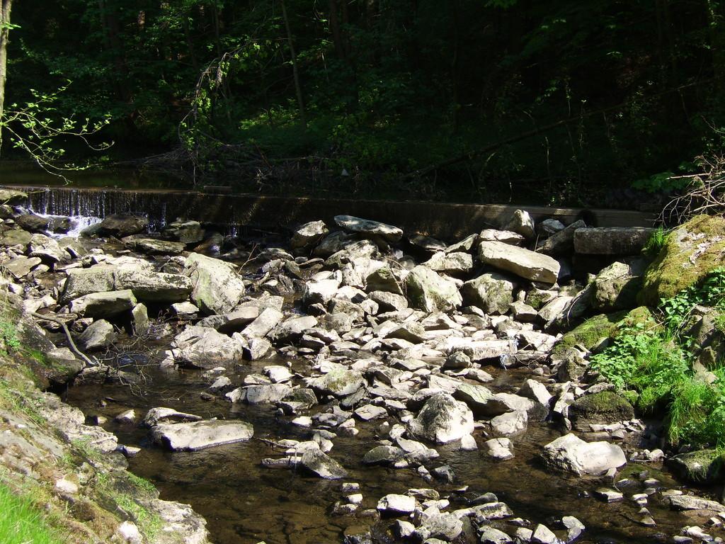 Fluss-aufwärts mit Stauwehr