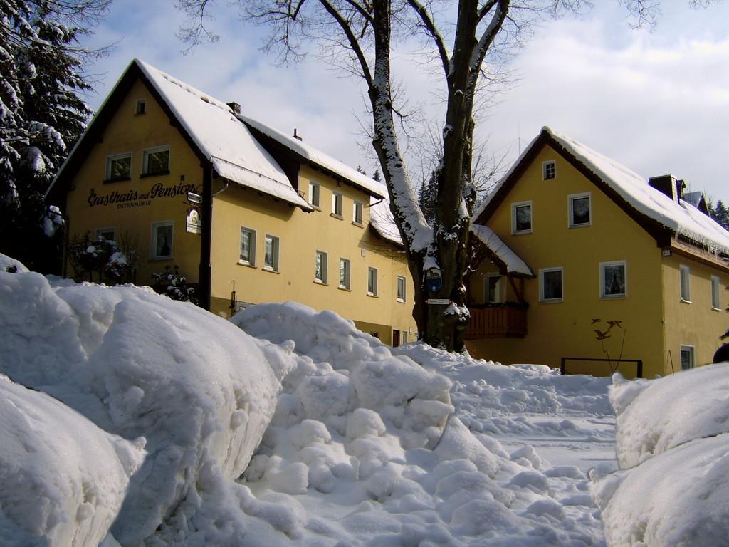 Haupt- und Nebengebäude