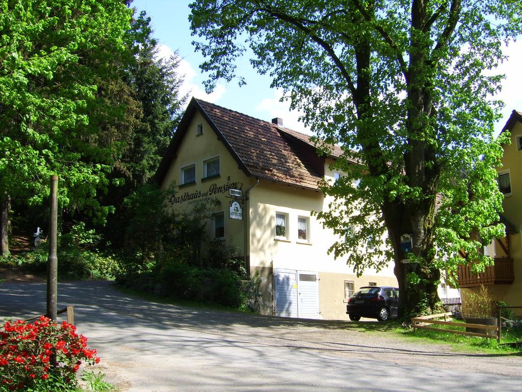 Das Hauptgebäude von vorne mit 6 Gästezimmern und großem kostenlosen Parkplatz