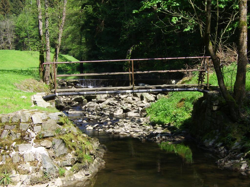 Fussgängerbrücke Fluss-aufwärts