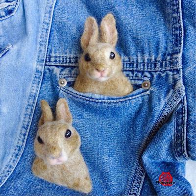 【ポケットウサギ】ウサギのブローチです。ポケットのところに付けるのがお勧め。