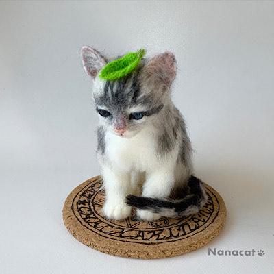 【にゃんかちがう 葉っぱ】2019.7 『猫と魔女の不思議展』の為の作品。魔法陣の上に居るサバトラ仔猫の頭には葉っぱ、にゃんか違うんです。