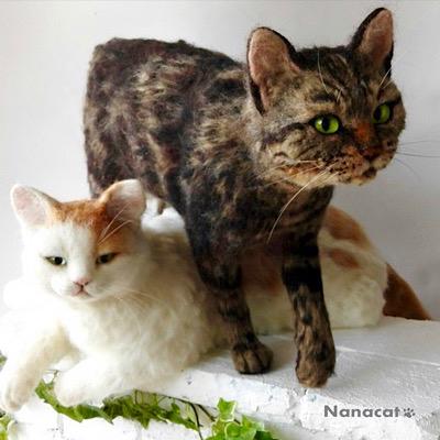 【猫 塀の上】2017.4 猫あるあるの塀の上で猫またぎの図。松山庭園美術館 『猫ねこ展覧会2017』 奨励賞