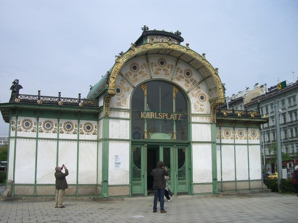 Wien - Straßenbahnhaltestelle Karlsplatz