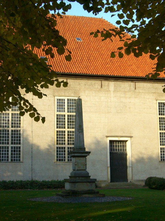 Kirchplatz / Obelisk