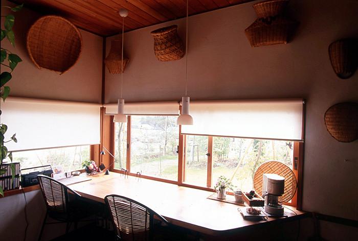 無垢材の木製建具を通して、柔らかな庭の緑が室内に取り込め、さわやかな風が部屋を吹き渡る様子がわかります。