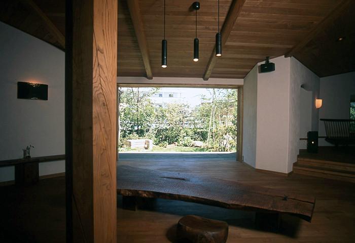 引き込みの木製建具によって、絵のように庭の景色が切り取られ、部屋の一部として広々とゆったりした空間を作っています