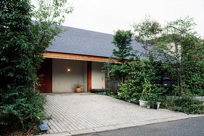 米松の無垢の通し柱と硅砂漆喰の優しい素材感の壁とで囲まれた平屋の家です