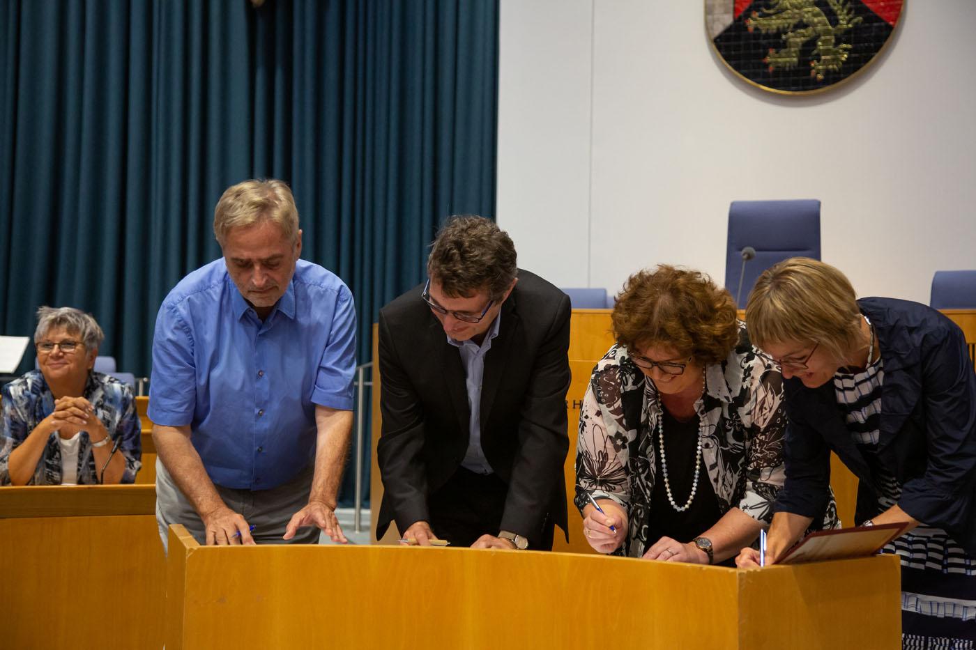 Feierliche Unterzeichnung der Satzung durch Vertreter*innen der vier gründenden Verbände