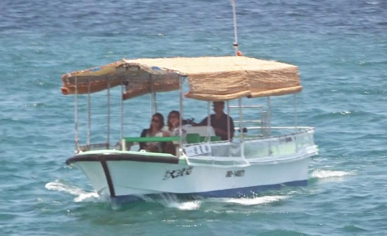 小さな遊覧船(海上にて)