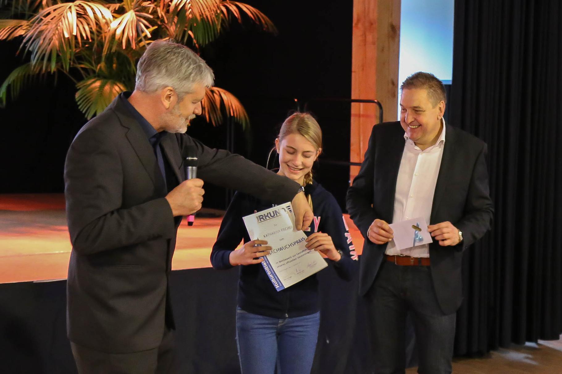 Preisverleihung anl. des KIWi-Logo-Wettbewerbes von links: Frank Christgen (1. Vorsitzender KIWi), Katharina Fischer (Nachwuchspreis), BM Hans Christian Lehmann, Foto: Thomas Weber
