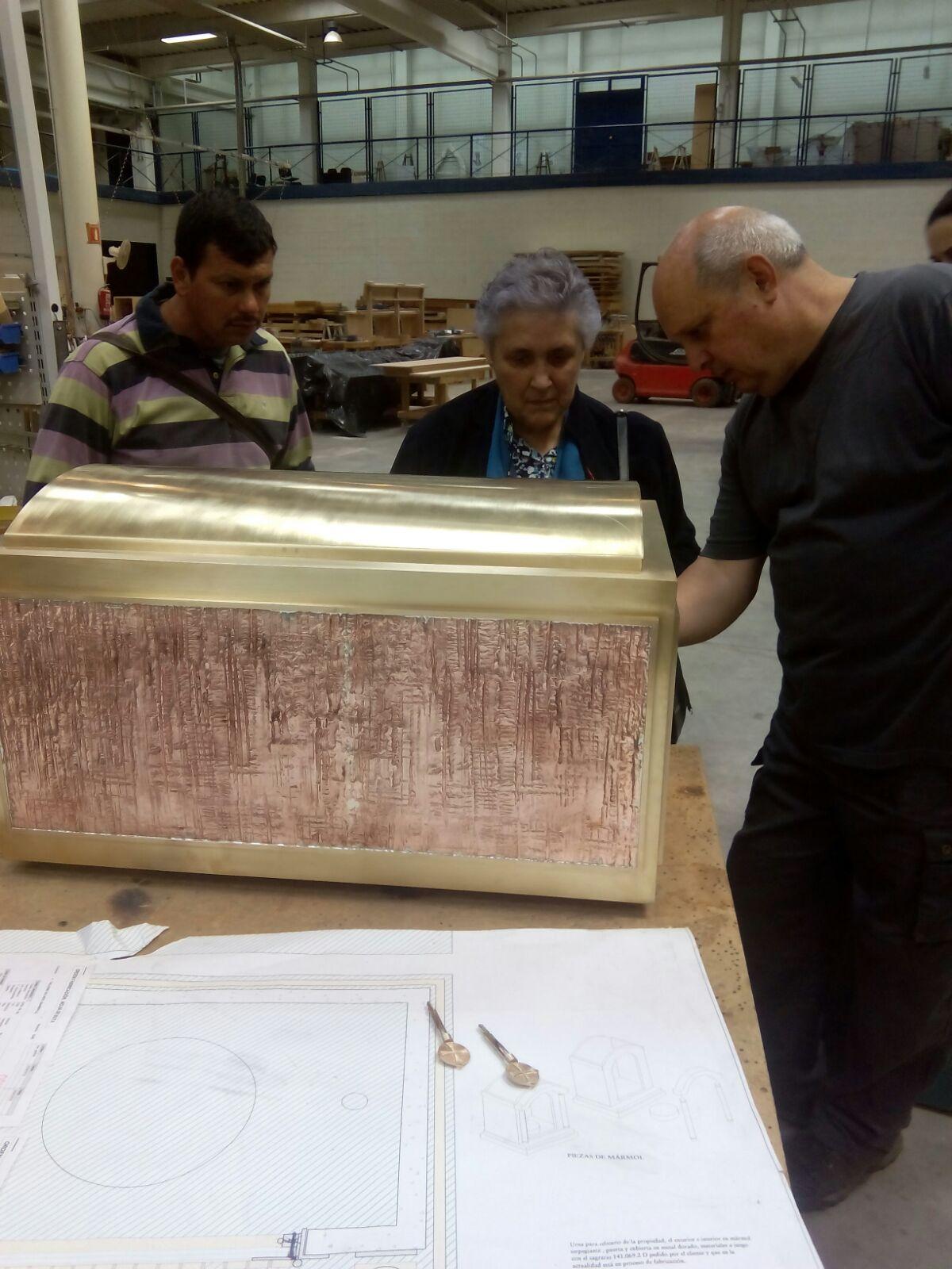 Trabajos en la elaboración de la urna donde descansarán los restos mortales de la Sierva de Dios en el Oratorio - Cripta de la Obra Social Ascensión Sánchez en Coslada